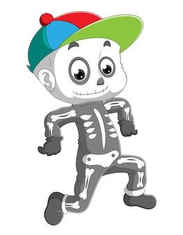 아기는 뼈 의상과 밝고 화려한 삽화 모자를 쓰고 있습니다