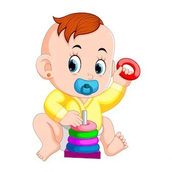 赤ちゃんはドーナツパズルで遊ぶのが好きです