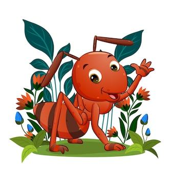 Большой красный муравей машет рукой и широко улыбается на красивом фоне иллюстрации.