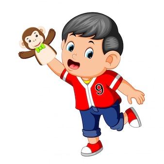 소년은 원숭이 인형을 사용하고 있었다