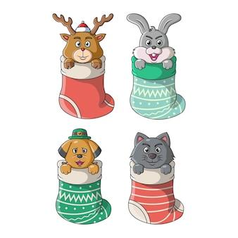 クリスマスと冬を舞台にした大きな靴下の中のかわいい動物のコレクション