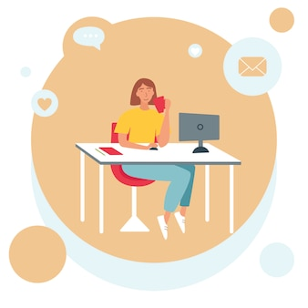 Понятие фриланс, работа на дому. женщина сидит за столом перед компьютером и пьет из чашки.