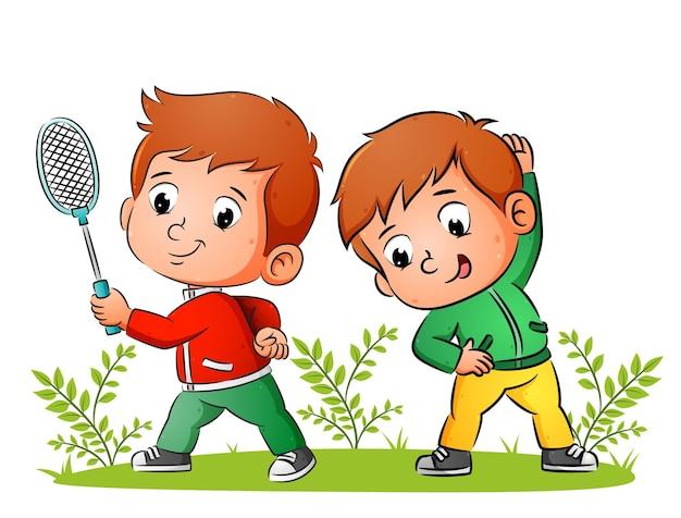 Пара спортивных мальчиков занимается бадминтоном и растягивается утром на иллюстрации.
