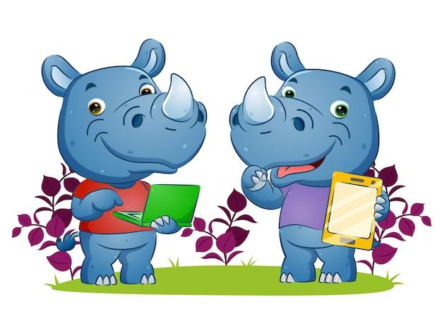 Пара носорогов играет на своих гаджетах в цветочном саду иллюстраций.