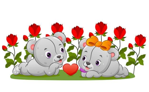 커플 테디 베어는 그림의 행복한 얼굴로 꽃 정원에서 데이트하고 있습니다.