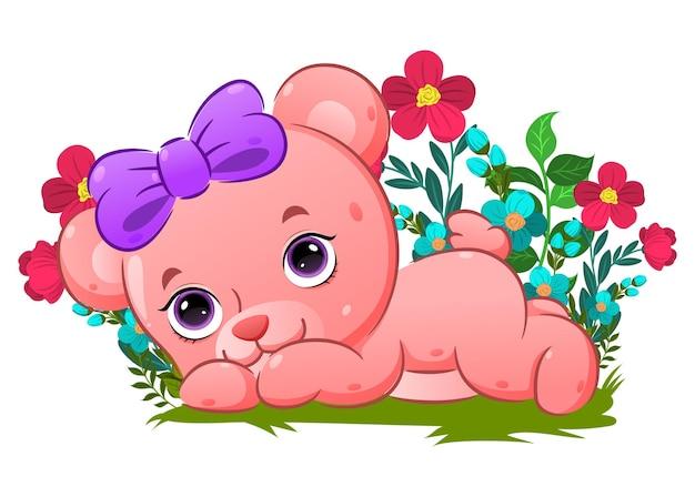 Милый медведь, лежа на траве в саду, полном цветов иллюстрации
