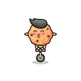 Симпатичный персонаж с шоколадным печеньем катается на цирковом велосипеде, симпатичный дизайн для футболки, наклейки, элемента логотипа
