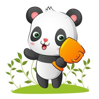 Милая счастливая панда держит золотой трофей
