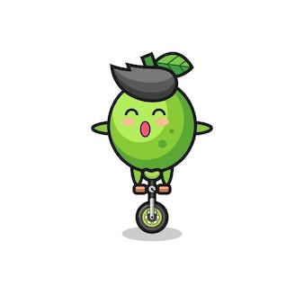 귀여운 라임 캐릭터가 서커스 자전거를 타고 있고, 티셔츠, 스티커, 로고 요소를 위한 귀여운 스타일 디자인