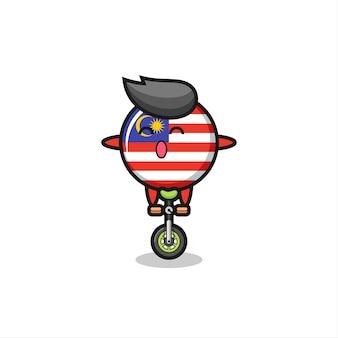 귀여운 말레이시아 국기 배지 캐릭터가 서커스 자전거를 타고 있고, 티셔츠, 스티커, 로고 요소를 위한 귀여운 스타일 디자인