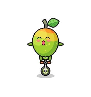 かわいいマンゴーのキャラクターがサーカスの自転車に乗っている、tシャツ、ステッカー、ロゴ要素のかわいいスタイルのデザイン