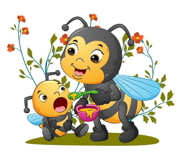 Милая пчела-мать кормит своего детёныша ложкой меда иллюстрации