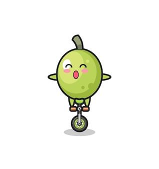 귀여운 올리브 캐릭터가 서커스 자전거를 타고 있고, 티셔츠, 스티커, 로고 요소를 위한 귀여운 스타일 디자인