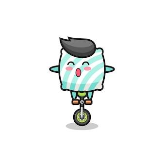 귀여운 베개 캐릭터가 서커스 자전거를 타고 있고, 티셔츠, 스티커, 로고 요소를 위한 귀여운 스타일 디자인