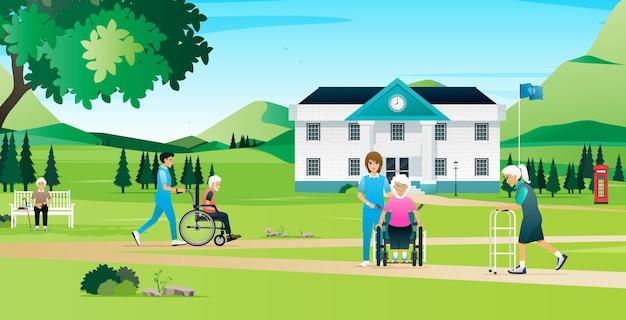 Пожилые люди отдыхают и гуляют с медсестрами в доме престарелых.