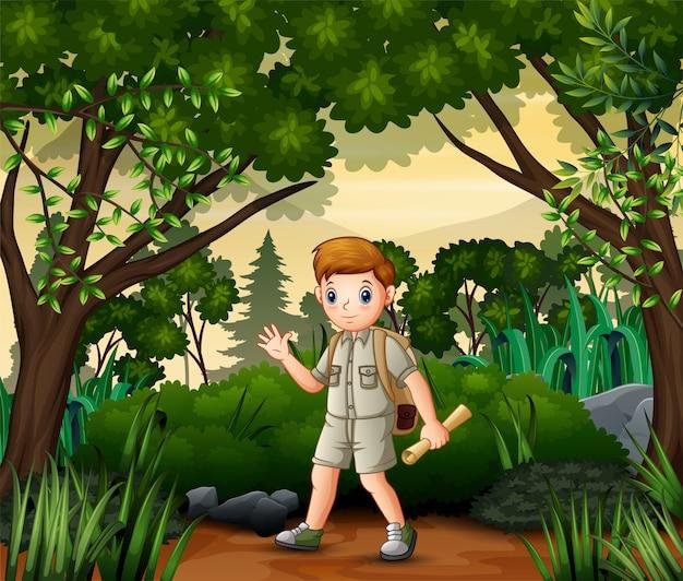 野外活動を行う地図とバックパックを持つ探検家の少年