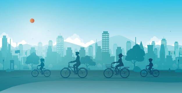 家族は都市公園で自転車に乗っています