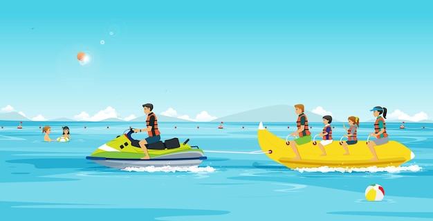 家族はジェットスキーで曳航されたバナナボートを遊んでいました。