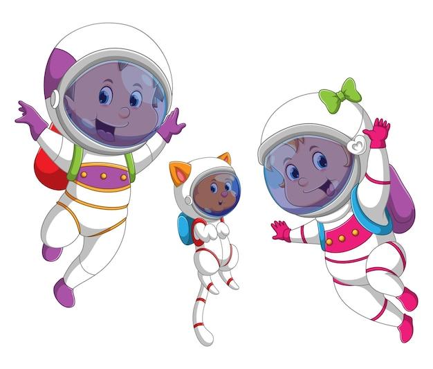 고양이가있는 가족은 물속에서 우주 비행사 옷을 사용하고 있습니다.