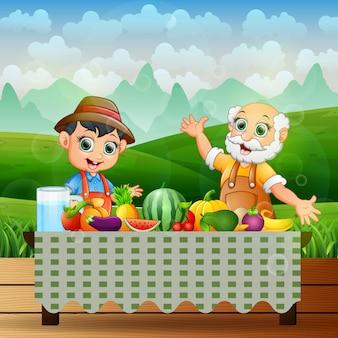 農家はテーブルの上で新鮮な果物を食べます