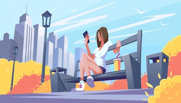 Отдыхающая на скамейке в парке с телефоном. теплое время в городе.