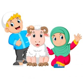 少女と彼女の父親は大きな白い羊を抱えています