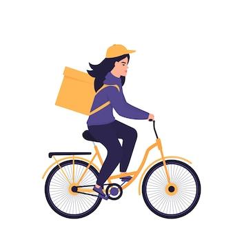 Девушка-курьер развозит еду на велосипеде.