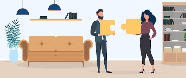 Парень и девушка держат в руках кусочки пазла. женщина и мужчина собирают пазл. офис. концепция совместной работы, совместной жизни или взаимопонимания. вектор.
