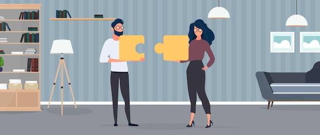 그 남자와 여자는 퍼즐 조각을 들고 있습니다. 여자와 남자는 퍼즐을 맞추고 있습니다. 사무실. 팀워크의 개념, 함께 생활하거나 이해합니다. 벡터.
