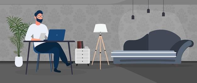 그 남자는 세련된 사무실에서 노트북으로 일합니다. 서재, 컴퓨터, 소파, 옷장, 책이 있는 책장, 벽에 그림. 집에서 일하세요. 벡터.