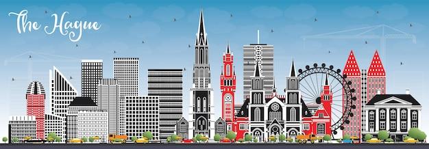 컬러 건물과 푸른 하늘이 있는 헤이그 네덜란드 도시의 스카이라인. 역사적인 건축과 비즈니스 여행 및 관광 개념. 랜드마크가 있는 헤이그 도시 풍경.