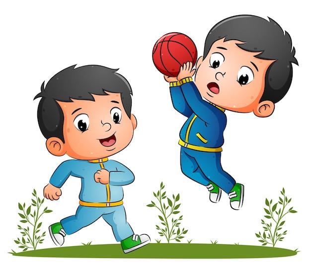 행복한 커플 소년 그림의 정원에서 함께 농구를하고있다