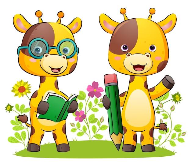 Счастливая пара жирафа держит книгу и большой карандаш для письма в парке иллюстрации