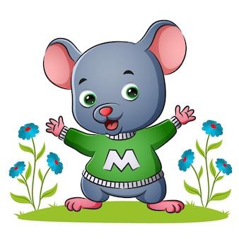 행복한 쥐는 삽화의 정원에서 알파벳 스웨터를 입고 있다