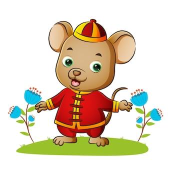 행복한 쥐가 중국 전통 의상을 입고 있다