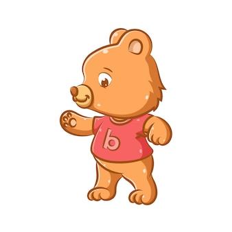 Иллюстрация маленького медвежонка, который пытается ходить первым шагом в розовой рубашке.