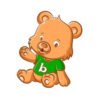 Изображение маленького кукольного медведя сидит с зеленой рубашкой и алфавитом в центре.