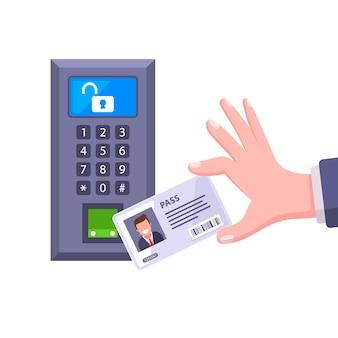 키 카드를 센서로 가져와 문을 엽니 다.
