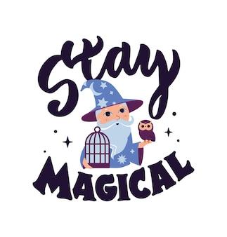 Волшебная цитата с мультяшным волшебником и совой. надпись «stay magical» хороша для дизайна счастливого дня хэллоуина, плакатов фокусников, эзотерических открыток и т. д. векторные иллюстрации