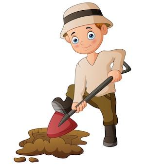 Мужчина копал землю лопатой
