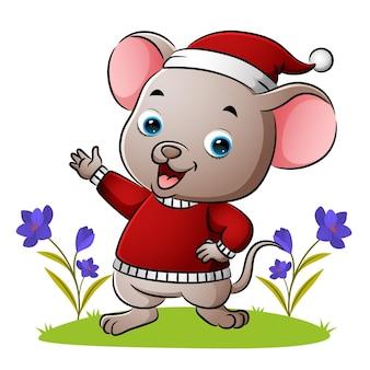 마우스는 삽화의 스웨터와 산타 모자를 쓰고 있다