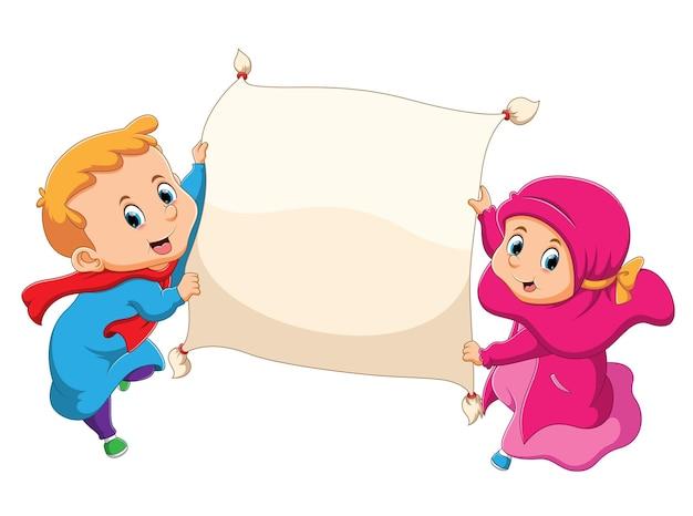 이슬람 소년과 소녀가 마법의 빈 깔개를 들고 있습니다.