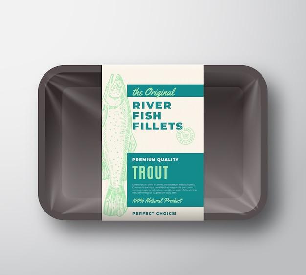 オリジナルの魚の切り身は、セロハンカバーが付いたプラスチックトレイ上の抽象的なパッケージデザインラベルです。現代のタイポグラフィと手描きのマスシルエット背景レイアウト。分離されました。