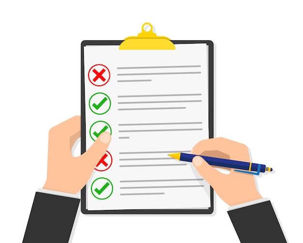 Бумажный контрольный список в руке