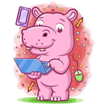 Розовый бегемот держит синий ноутбук для изучения электронных вещей