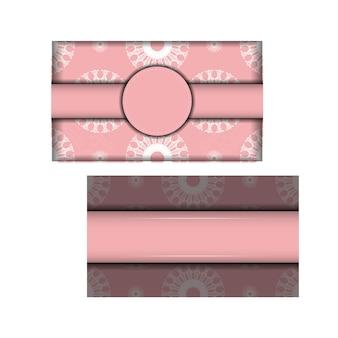 はがきはピンク色で、ヴィンテージの白い飾りが付いており、印刷の準備ができています。