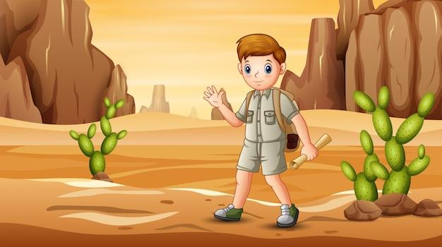 マップで砂漠のフィールドでハイキングするスカウト少年