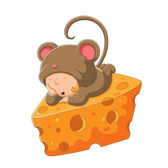 쥐 의상을 입은 졸린 소년이 삽화의 치즈 위에서 자고 있다
