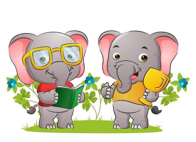 Умная пара слонов читает книгу и держит в руках золотой трофей