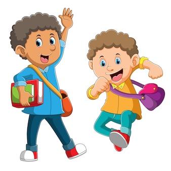 똑똑한 학생이 행복하고 친구에게 손을 흔들고 있습니다.